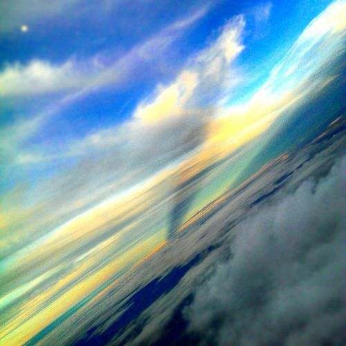 Hey whose messing with the Light from down below 😠 Clouds Cloudtrail Cloudy Cloudsurfing Bluesky Sky Horizon Flightdeckview Cockpitview Flying Crewlife Pilotview Piloteyes Piloteyes737 Aviation Avgeek Avnerd Fiftyshades_of_twilight Lpflyinghigh Yellowsky Nature Serene