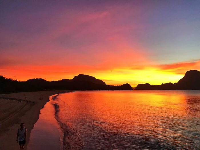 Lucky enough to catch this awesome wonder! Sunset #sun #clouds #skylovers #sky #nature #beautifulinnature #naturalbeauty #photography #landscape Beachphotography Beach Sunset_collection EyeEm Nature Lover Eyeemphotography Eye4photography  EyeEmNewHere Eyeem Philippines El Nido El Nido, Palawan Sunset