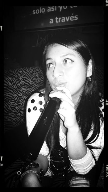 Disfrutando en karaoke Enjoying Life Relaxing Blackandwhite