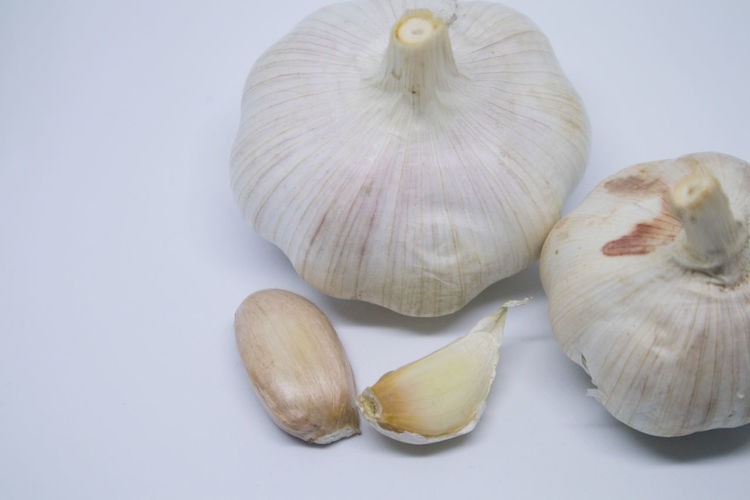 Garlic Close-up Directly Above Food Food And Drink Freshness Garlic Garlic Bulb Garlic Clove Group Of Objects Healthy Eating High Angle View Indoors  Ingredient No People Raw Food Spice Still Life Studio Shot Vegetable Wellbeing White Background