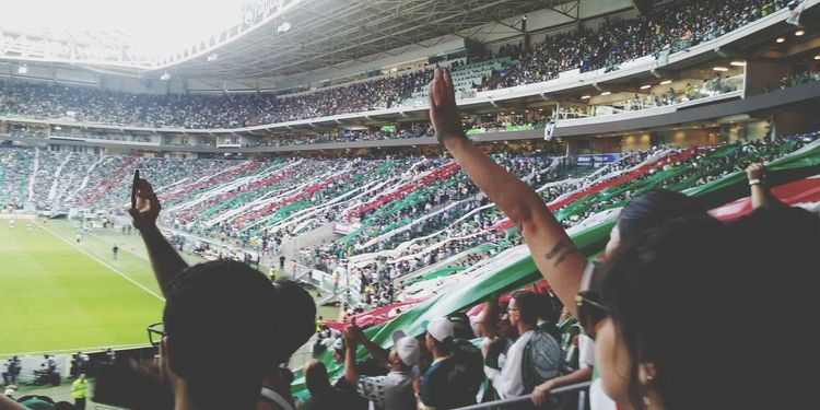 Torcida que canta e vibra. EyeEm Selects Fan - Enthusiast Crowd Audience Stadium Sport Cheering Excitement Popular Music Concert Happiness Cheerful