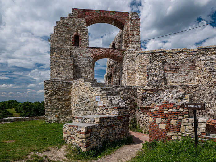 Old ruins of building against sky