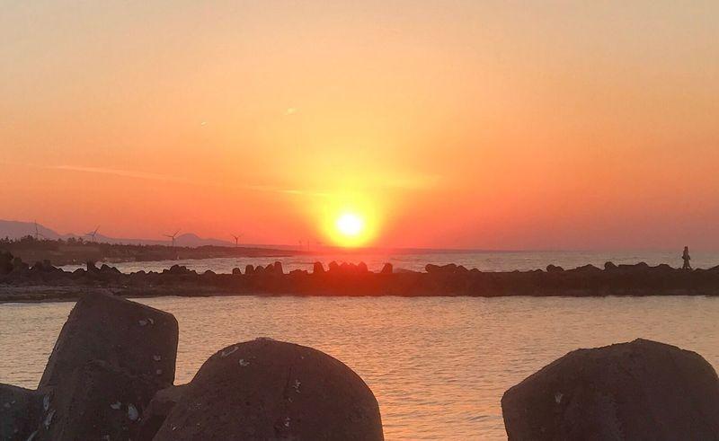 この夕陽を朝陽として迎えてるかもしれない何処かの誰かへ。共に平和あれと