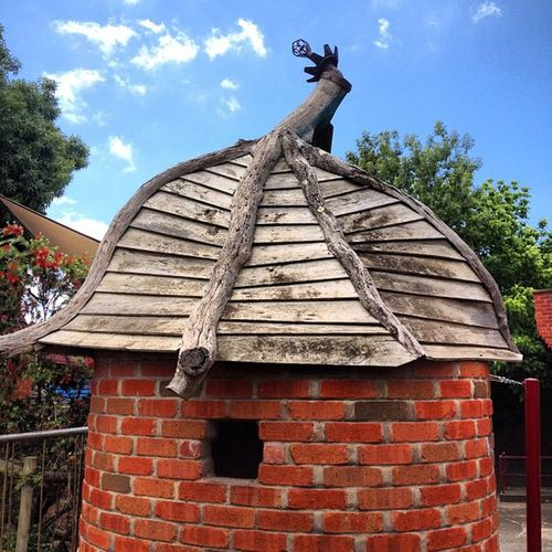 Is this the coolest #cubby ever? #brick #brickporn #woodenroof Brick Brickporn Cubby Woodenroof
