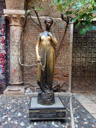 Juliet  Statue Juliet Statue Giulietta Bronze Bronze Statue Verona Veneto Italy Love Story Romeo And Juliet Statue Human Representation Sculpture Male Likeness Art And Craft Day Built Structure Architecture No People Tree Outdoors Building Exterior
