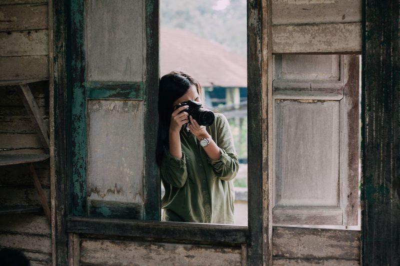 When I have a model to shoot but my eyes locked on her instead. Women Who Inspire You WomeninBusiness Hanging Out Taking Photos VSCO Taking Pictures Photography People Model My Favorite Photo Eyeemphoto Enjoy The New Normal Looking Through Window