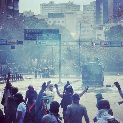 1M 1marzo Chacaito Venezuela sosvenezuela ResistenciaVzla sos fuerza venezuela verdades elquesecansapierde marcha guarimba estudiantes resistencia capuski laluchasigue gnb lacrimogenas calle chacaito venezuela