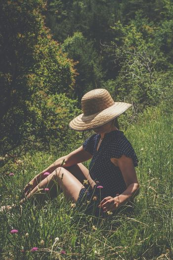 Hat One Person Grass Women Nature Outdoors Field Growth Tree Sitting Sun Hat Young Adult One Woman Only Beauty Young Women Day Full Length Only Women Adult Beautiful Woman