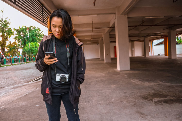 EyeEm Selects Standing Communication Wireless Technology Portable Information Device Technology People City Only Women Young Adult The Week On EyeEm EyeEmNewHere Full Length Portrait International Women's Day 2019