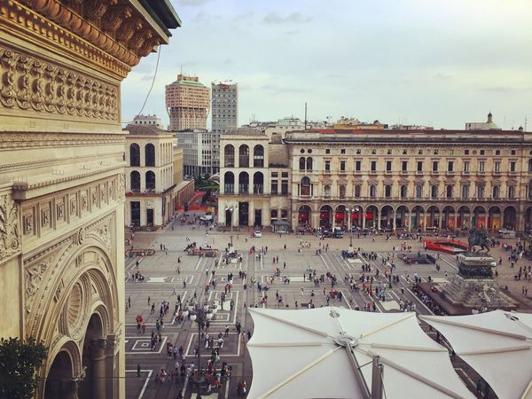 Vista su piazza del Duomo a Milano. Milano Piazza del Duomo. Architecture Built Structure Building Exterior History Travel Destinations Tourism Sky Large Group Of People Day Travel Outdoors City People Milano Galleria Vittorio Emanuele Piazza Del Duomo Duomo Di Milano Highline Galleria