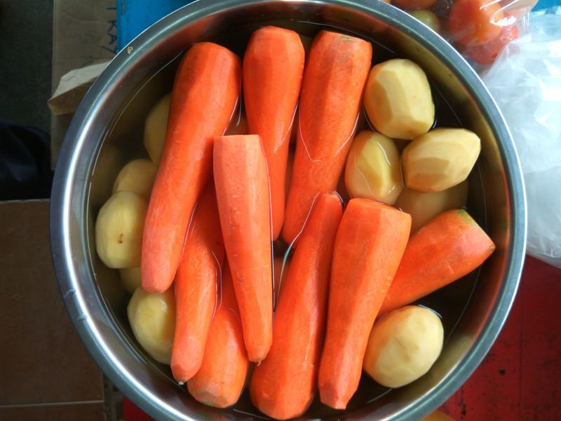 Carrots and potatoes in the water Food Food And Drink Vegetable Healthy Eating Indoors  Red Freshness No People Ready-to-eat Close-up Malaysian Food Cooking Time Cooking Ingredients Fresh Food And Drink Raw Food Healthy Lifestyle Healthy Food Food Photography Directly Above Chopping Vegetables