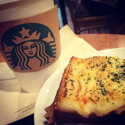 2015.09.30 . STARBUCKS® ForHere Hot Tall NoFat ChaiTeaLatte (ExtraHeating) Lasagne . . 来ちゃったぁ💕 . . Starbucks Starbuckscoffee スタバ Miillains Miillainsはスタバっ子w ラザニア あちあち うまうま