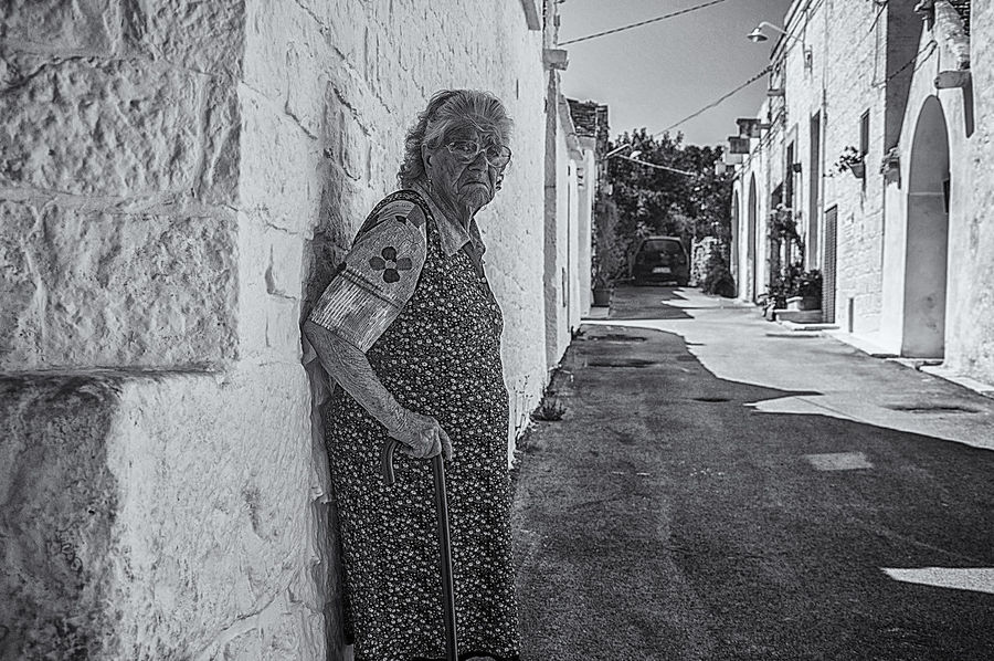 L'ESTATE DI CHI ... NON PARTECIPA Art is Everywhere EyeEm Best Shots - Black + White EyeEm New Here EyeEm Gallery Adult Alley Architecture Art Arts Culture And Entertainment Building Building Exterior Built Structure Casual Clothing City Day Direction Leisure Activity Lifestyles One Person Outdoors Real People Senior Adult Standing Street The Way Forward Walking Cane Wall - Building Feature Women The Street Photographer - 2018 EyeEm Awards The Fashion Photographer - 2018 EyeEm Awards Urban Fashion Jungle #urbanana: The Urban Playground The Modern Professional A New Perspective On Life Holiday Moments