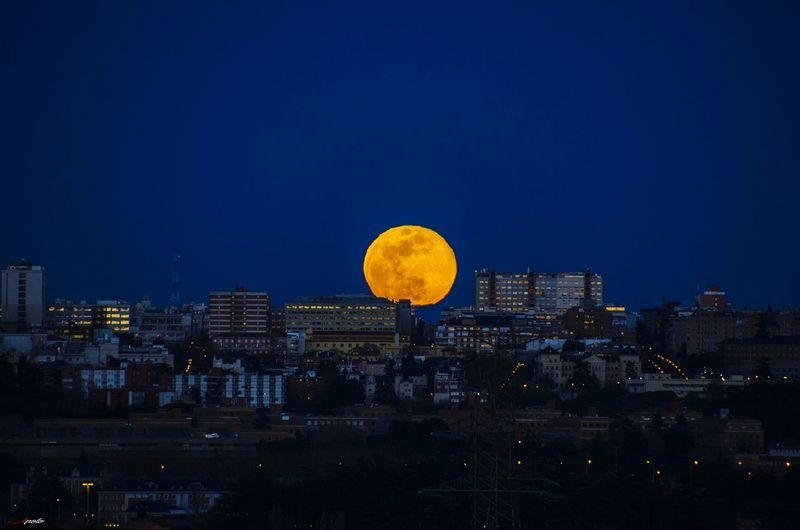 Salida de la luna Madriz #madrid #callejeando Astronomy City Cityscape Illuminated Urban Skyline Skyscraper Moon Circle Sky Building Exterior Full Moon Moonlight