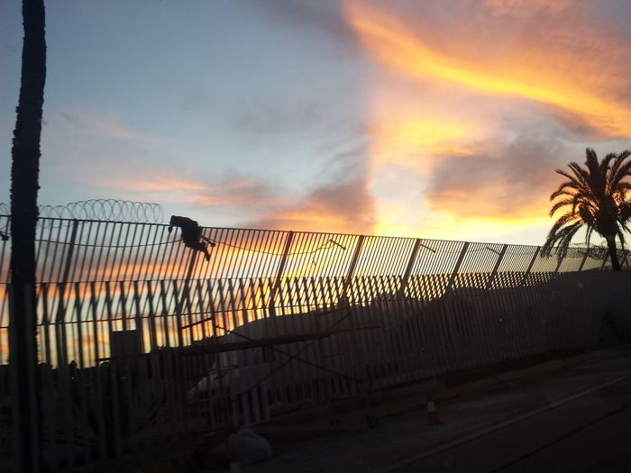 Sunset Scapes From Africa Wall Marrocain Kids Ceuta SPAIN Muro  Saltando  Inmigration Inmigrantes Saltando Muros Atardecer Cloud - Sky Silhouette Unaccompaniedminors Menores No Acompañados Fotojournalism Saltando  The Photojournalist - 2017 EyeEm Awards
