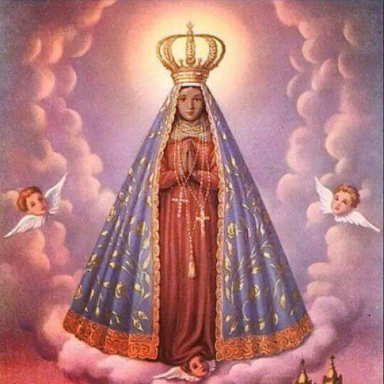 """""""Pelas mãos da Senhora Aparecida encontramos Jesus"""". Maria está todinha voltada para seu Filho, o que ela quer é levar-nos a Jesus, a fim de fazermos tudo o que ele nos disse e ensinou. As mãos de Maria levam-nos a Jesus pelos mais diversos caminhos: pela imitação de suas virtudes, pela reza do terço... E pelas suas mãos benditas, certamente ela nos levará até o Céu, a fim de morarmos eternamente com Deus, com ela e com todos os santos e santas. Por isso, cuidado! Ao convidar Jesus para a sua casa, não se esqueça de convidar Maria também. Que lá do céu ela nos abençoe e continue nos enriquecendo de graças e bênçãos. Amém! ❤🙏🙏 12deoutubro Diaespecial Nossasenhoraaparecida DiaDasCrianças DiadeReflexão DiadeAceitar DiadeTransformação"""