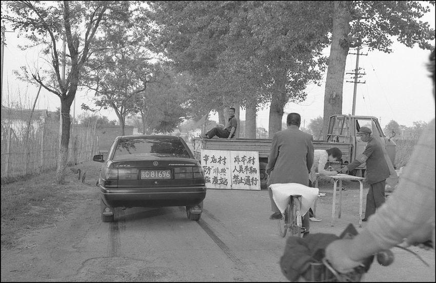 非典时期的辛店村口,设卡子严查过往行人与车辆,其它村口也皆如此。给外出采购生活物资带来不少困扰。我曾为买一袋面粉,绕开村口,穿越田地。2003年 10909308 12820764 1613 5093