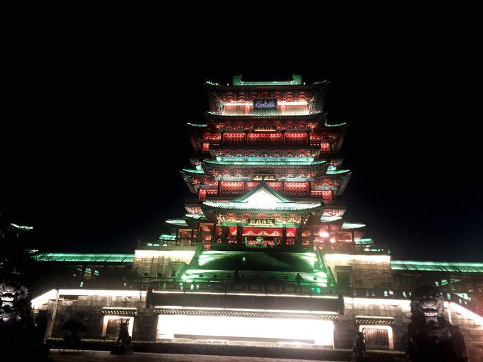 中国建筑是讲究对称的!自梁思成最后一次修建后,有没有发现它前面的两尊石狮子是不对称的!这和道教文化有什么讲究呢
