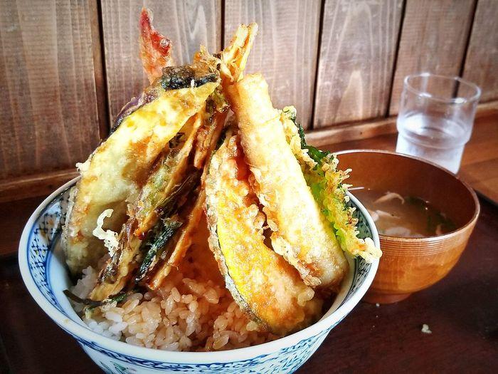 次男くんの食べた天丼。桜エビのかき揚げと、タチウオの天ぷらものっている、まさに地元の食材たっぷりの天丼でした。ニコニコな次男くん。@大久保尚之 @yashikoookubo 天丼 さくらエビ 由比 ごちそうさまでした 由比さくら屋 ごちそう 美味しい お昼ごはん ランチ Bowl Table Plate Food And Drink
