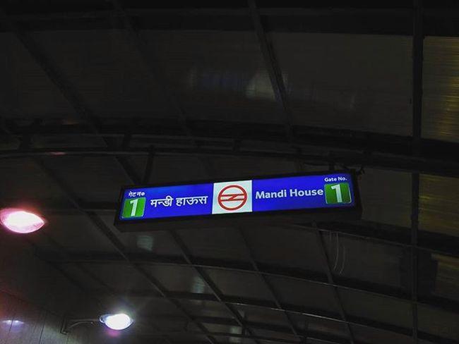 Dilli Metro mein aapka Swaagat hai! x DelhiMetro DMRC MandiHouse BarakhambaRoad Delhi India Sodelhi Delhidiaries DelhiGram Metro Train Citylife WhenInDelhi Dilli