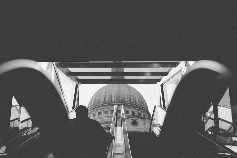 St Pauls Catherdral Onenewchange StPaulscathedral London Everybodystreet City Life Streetphotography Architecture Urban People Photography Outdoors Chasinglight Blackandwhite