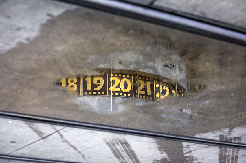 Weltzeituhr am Alexanderplatz. Berlin Pfütze Pfützenbilder Pfützenfotograf Pfützenfotografie Puddle Puddle Reflections Puddlegram Puddleography Puddlephotography Schienen Straßenbahn Tram Transportation Weltzeituhr