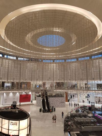 Why to feel small when you are in a huge place? Dubai Dubaicity UAE Arabemirates Unitedarabemirates Mall DubaiMall Decoration Decorations Mytravelgram Travel Mytravel Huge Mood City Large Group Of People Mixed Age Range Visiting