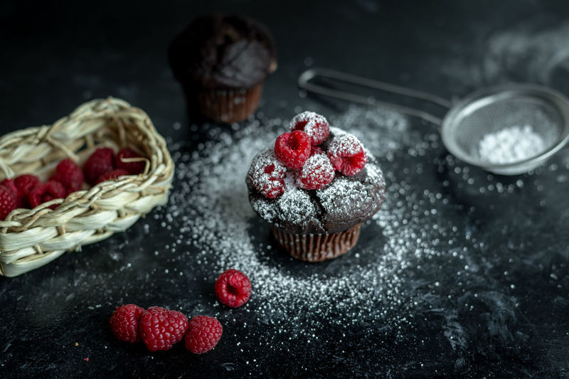 dark food photography - choco muffin with fresh berries and sugar powder in rustic kitchen Food Calories Healthy Eating Snack Food Dark Muffin Muffins Darkfoodphotography Chocolate Choco