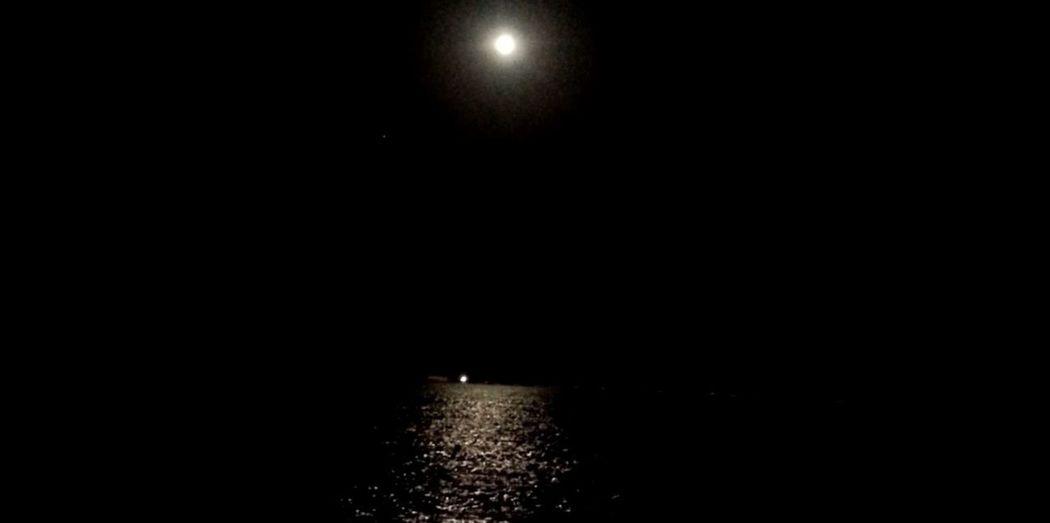 ليتگ تحس بفرحتي يوم احاکیگ و ليتگ تحس بـ ضيقتي لا فقدتك … Aljubail Beach Moonlight