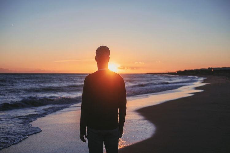 persiguiendo la luz Wave Water Sea Sunset Men Beach Standing Clear Sky Back Coastline Sunbeam Sandy Beach Calm Ocean Sun