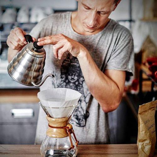 Kenijska kawa zaparzona w chemexie daje niesamowity smak, wyczujecie w niej słodki aromat świeżo wypieczonej bezy. W smaku nuty jagód oraz słodkiej śmietanki. Pozostawia na długo posmak jagodzianek.Spotkajmy się w Kawie Rzeszowskiej. Kawarzeszowska Chemex Rzeszów Kawasamasięniezrobi Rzeszów Coffee Coffeetime Barista Aeropress Mobilnakawiarnia Kawa Instamood Instagood Instalove Instacoffee Igersrzeszow Kawarzeszowska Coffebreak Coffeetogo Coffeelove Love Photooftheday Happy Bestoftheday Instamood herbata kawarzeszowska kawiarnia chemex kawaswiezopalona
