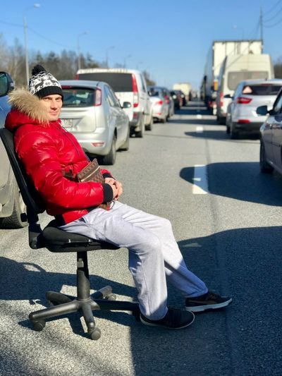 затор пробки Transportation Full Length Shadow Sunlight Real People One Person Day Lifestyles Street Clothing Mode Of Transportation City Hat Motor Vehicle Warm Clothing Nature Car Sitting Road Land Vehicle