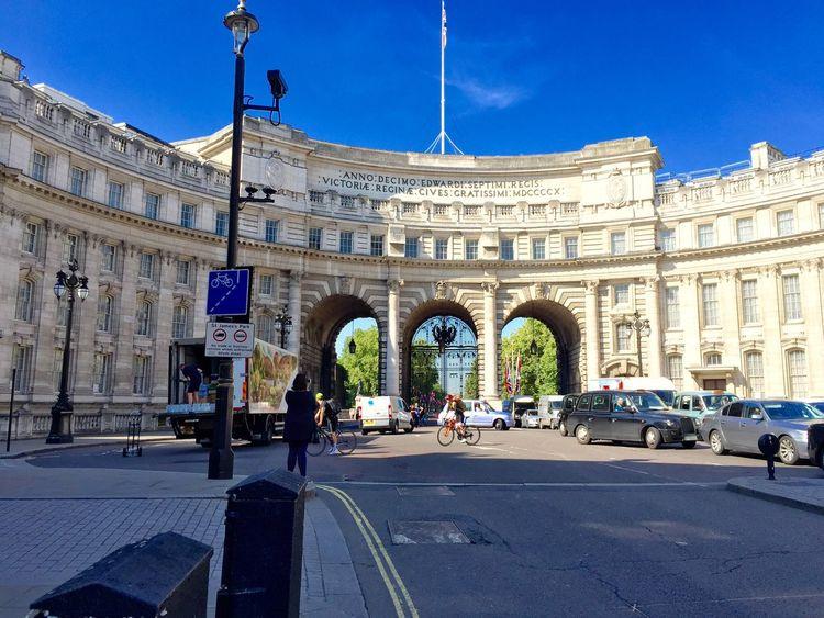 Historical Sights Tourists Taking Photos Enjoying Life Streetphotography London LONDON❤ Iphone6plus Vacaciones 2015 Vacation2015
