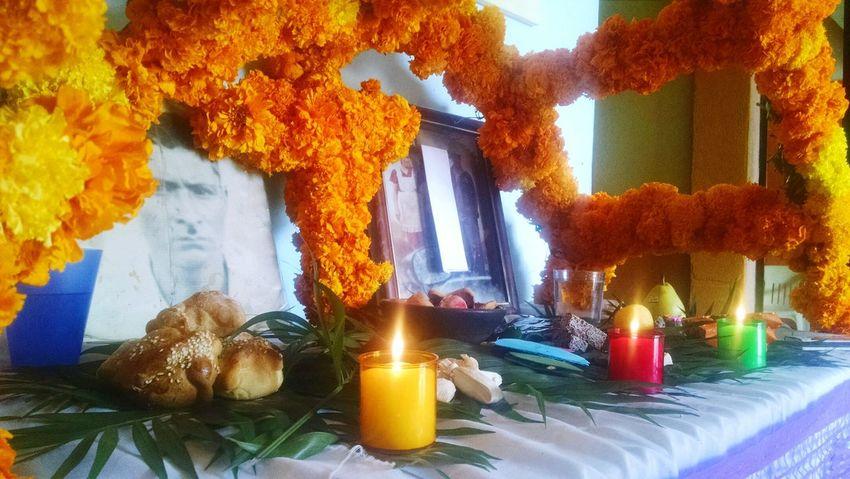 Altar de muertos Mexico Tradicionesmx DiaDeMuertos2016 SierraGordaQueretana Flordecempasuchil Velas FotoAntigua Colores