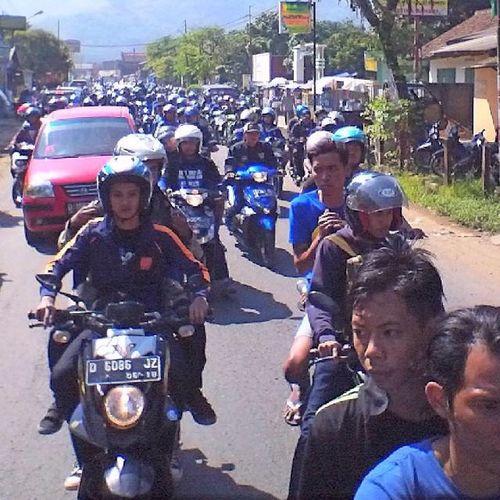 Foto-foto saat para ribuan bobotoh mengantar jenazah Almarhum Ayi Beutik dari komplek D'Amerta menuju tempat pemakaman di Banjaran Persib Bobotoh Bandung Bandungjuara INDONESIA Televisinet di jalan raya banjaran kab bandung