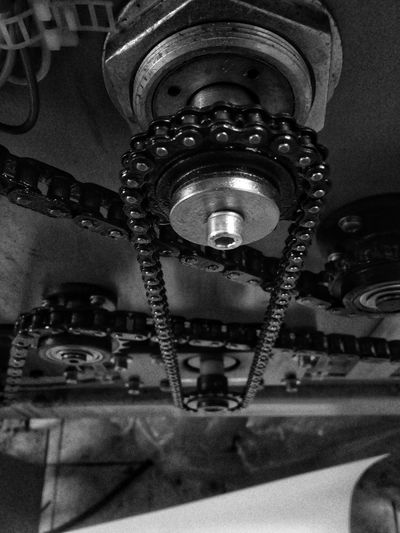 CADENA Modern Times Accuracy Blackandwhite Chain Close-up Connection Engranaje Equipment Focus On Foreground Gear Indoors  Industry Lenk Lenkacam Lighting Equipment Link Low Angle View Machine Part Machinery Metal No People Old Selective Focus Still Life Technology