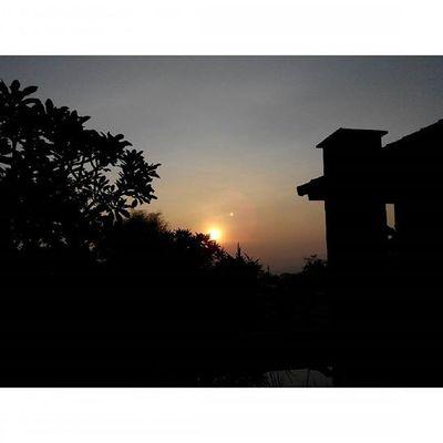 Jingga ... bersama Matahari dan Bulan di Pagi yang terlalu siang... at Kampunglumbung Kotabatu INDONESIA PwC Lenovotography Photooftheday Pocketphotography Photostory Lzybstrd Sunrise Moon and Sun Titik_tiga