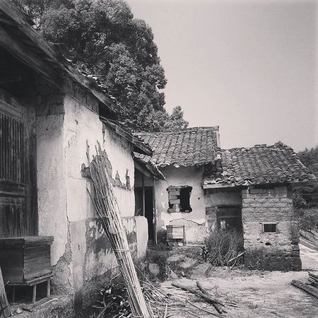 Meizhou Oldvillage Orientalarchitecture Chinaoldenarchitecture chongclan hakkavillage guangzhou Apparently, this old village used to be my ancestors home.