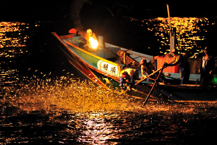 Boat Gondola - Traditional Boat Illuminated Men Mode Of Transport Moored Nature Nautical Vessel Night Oar Occupation Outdoors Outrigger People Rowing Sailing Sea Transportation Water 捕獲 撈起✨ 漁夫 生活 目標 跳躍