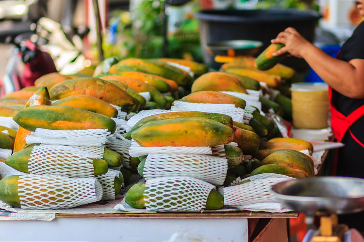 Extra jumbo size of ripe big yellow papaya fruit wrapped in protective net for sale at the fruit market in Bangkok, Thailand. Organic ripe papaya vendor is selling for extra large size at the stall. Papayas Papaya Papaya Fruit Ripe Ripe Fruit