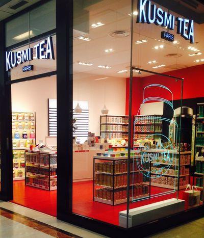 Lyon : La Boutique Kusmi Tea Depuis 1867, Kusmi Tea régale les amateurs par le goût recherché et la finesse de ses thés. La marque de thé propose des mélanges exclusifs uniques tels que le thé Prince Wladimir, Anastasia ou le thé Saint Pétersbourg , dont les recettes sont gardées secrètes depuis plus d'un siècle, mais aussi de nombreux thés classiques et aromatisés. Plus récemment, Kusmi Tea a lancé une ligne de thés bien-être tels que l'incontournable thé Detox , le doux mélange Be Cool ou le mélane épicé Boost. Distribués dans le monde entier, les thés Kusmi Tea sont une référence d'émerveillement gustatif pour tous les amateurs de thé. Pourquoi ne pas craquer sur un thé classique ou un coffret cadeau ?