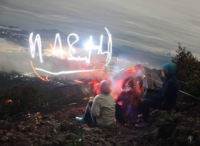 Menikmati Jutaan Lampu Di Bumi Indah Ranah Minang :) Kota bukit tinggi lebih indah di lihat di malam hari :). Ketika para turis tersiksa dengan kemacetan membabi buta sepanjang jalan padang-bukit tinggi, kami nikmati arus lampu indah dari atasnya :) Itung-itung belajar tehnik fotography malam hari, meski menguras batrai camera sangat bnyak :(. Tapi hasilnya sangat tidak mengecewakan lah. Hihi Gunungmarapi Bukittinggi Padang Padangpanjang Exploremountain Instagunung Parapendaki ExploreSumbar Sumbarrancak GunungSinggalang Tandikek Gunungtalang Gunungkerinci Indonesiamountains Canon