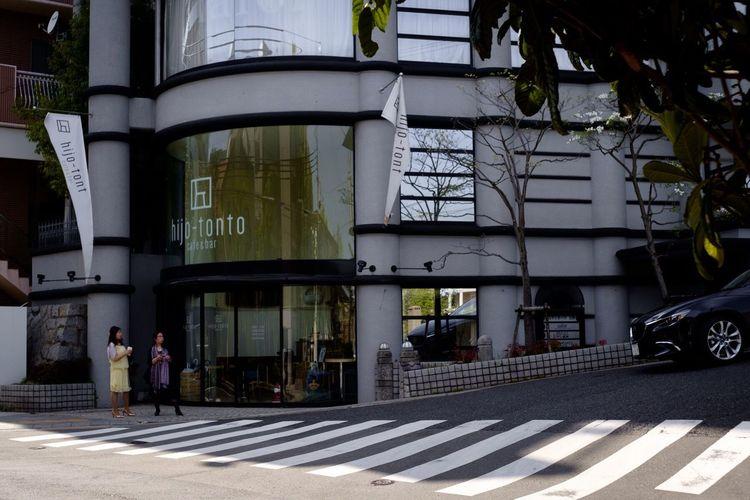 Building Woman Women Car Crosswalk Zebra Crossing Caffè Bar Sloping Road Street Photography Street Trees Tree Kobe Japan