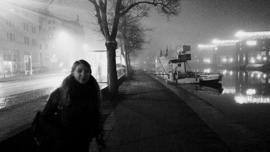 Mädchen im Nebel Outdoors Nightphotography Nacht Night Cold