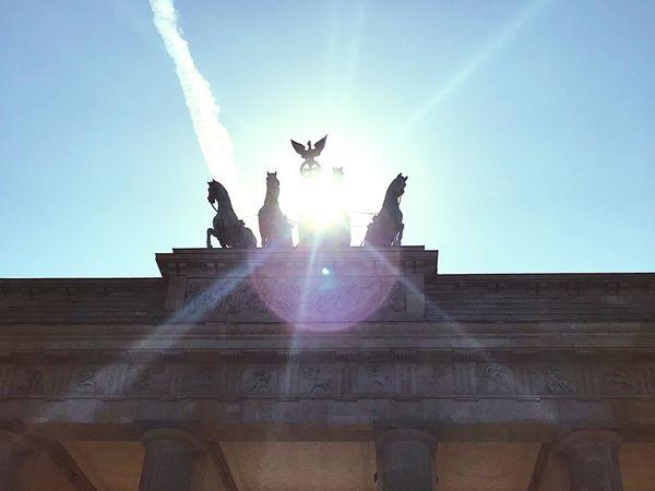Brandenburger Tor und Sonne Berliner Ansichten Berlin Photography Summer Berlin Sky Lens Flare Architecture Sunlight Nature Low Angle View Sunbeam Clear Sky Statue Sculpture History