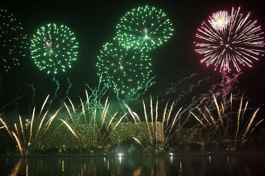 Holidays Beuatiful Moscow Celebration Event Firework Firework Display Firework On River Illuminated Night залп на реке красивая москва фейерверк фестиваль фестиваль фейерверков