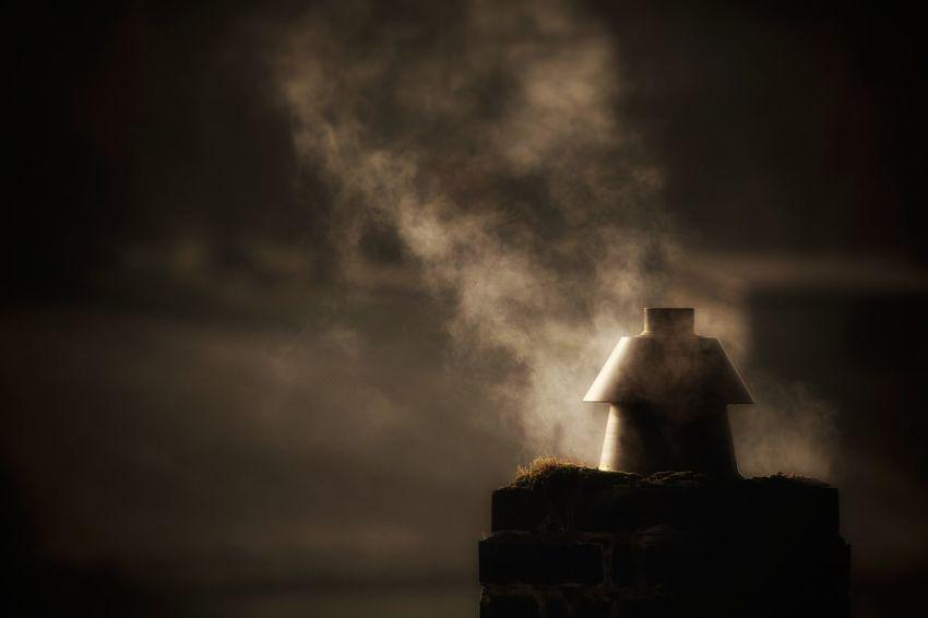 ⭐NOVEMBER⭐ Es kommt eine Zeit, da lassen die Bäume ihre Blätter fallen. Die Häuser rücken enger zusammen. Aus dem Schornstein kommt Rauch. Es kommt eine Zeit, da werden die Tage klein und die Nächte groß, und jeder Abend hat einen schönen Namen. Einer heißt Hänsel und Gretel. Einer heißt Schneewittchen. Einer heißt Rumpelstilzchen. Einer heißt Katerlieschen. Einer heißt Hans im Glück. Einer heißt Sterntaler. Auf der Fensterbank im Dunkeln, dass ihn keiner sieht, sitzt ein kleiner Stern und hört zu. (Elisabeth Borchers) Chimney Cold Days Cold Days Warm Hearts Darkness Darkness And Light Edited My Way For My Friends That Connect Fortheloveofblackandwhite From My Window In The Dark Ladyphotographerofthemonth My Unique Style No Edit No Fun November Novemberphotochallenge Poetry In Pictures Smoke Smoke - Physical Structure light and reflection Ladyphotograferofthemonth