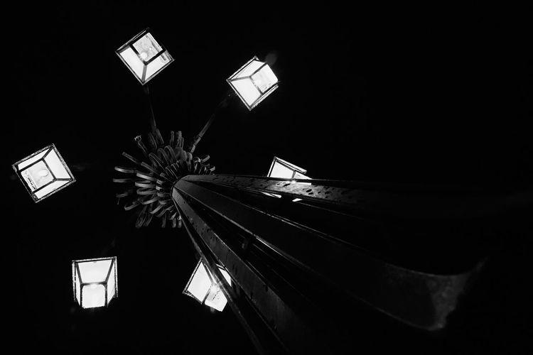 Farol en penumbra Dark Low Angle View Illuminated Electric Lamp Light Night Electricity  Electric Light Black Background Architecture Light Fixture Post Lights Post Lamp