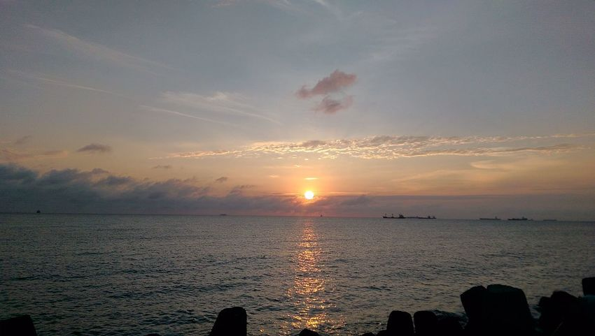 why I like to take photo? maybe to memorize this moment, the wonderful atmosphere with my friends, they r not in the picture, but they r next to me. Skylover EyeEm Nature Lover Sunset Ocean Beautiful Nature Hello World WithBestFriends