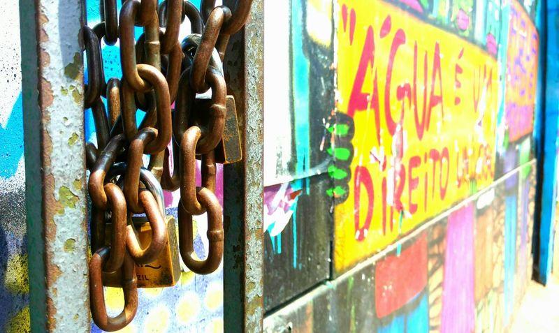 Streetart UrbanART Streetphoto Urban Street Streetphotography Chain Fotourbana Fotodecelular Photoonthego Saopaulo Saopaulocity Water Agua Phoneography Mobography MotoXStyle Colors Yellow Motofoto Motophoto Art Graffiti